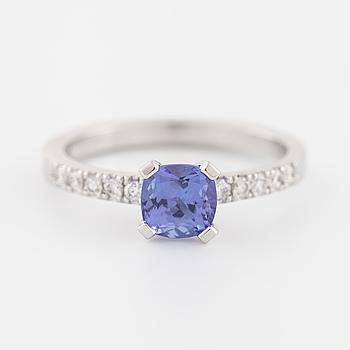 RING, med tanzanit ca 0.80 ct samt briljantslipade diamanter ca 0.15 ct totalt.