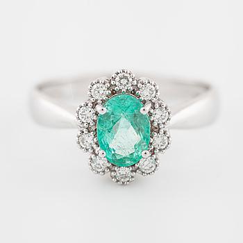 RING, med smaragd ca 1.00 ct samt briljantslipade diamanter ca 0.10 ct totalt.