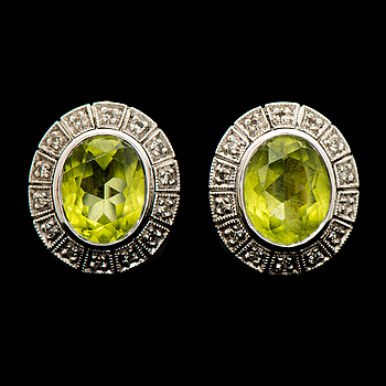 ÖRHÄNGEN, fasettslipade peridoter, åttkantslipade diamanter, 18K vitguld. A. Tillander, 1986.