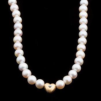 OLE LYNGGAARD, collier med sötvattenspärlor, lås 18K guld hjärta med briljantslipad diamant ca 0.03 ct.