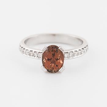 RING, med med turmalin ca 1.50 ct samt briljantslipade diamanter ca 0.14 ct totalt.