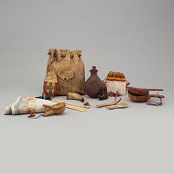 SAMLING SAMESLÖJD, fjorton delar, bland annat kosor och skedar, ben, läder och trä, 1900-talets första hälft.