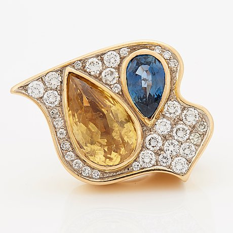 A kristian nilsson ring set with a yellow sapphire 10.10 cts and a blue sapphire 2.52 cts.