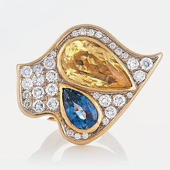 1020. A Kristian Nilsson ring set with a yellow sapphire 10.10 cts and a blue sapphire 2.52 cts.