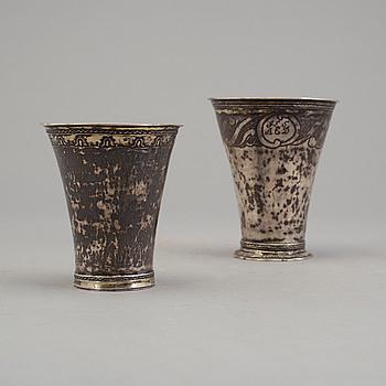 BÄGARE, två st, silver, 1700-tal.