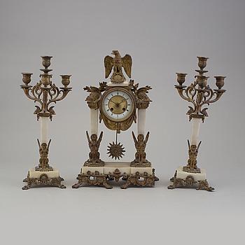 KLOCKGARNITYR, tre delar, alabaster och metall, 1800-talets andra hälft.