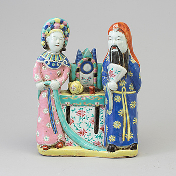 A Chinese famille rose porcelain figure group, late Qing dynasty.