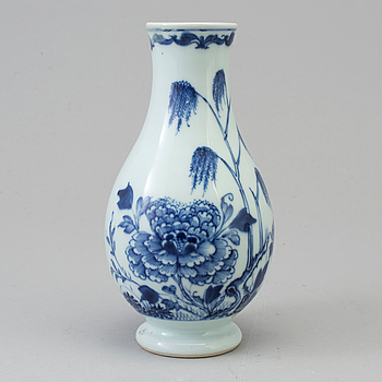 A Chinese blue and white porcelain vase, Qing dynasty, 18th century.
