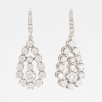 EARRINGS, 18 carat white gold with diamonds approx. 2.50 cts, pear-shaped.