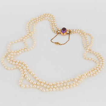 A PEARL NECKLACE, 18K gold.