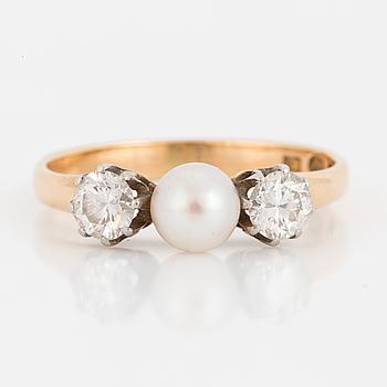 RING, med diamanter och pärla.