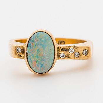 RING, 18K guld med små diamanter samt opal, Bernt Högkvist Guldsmedja, Stockholm,