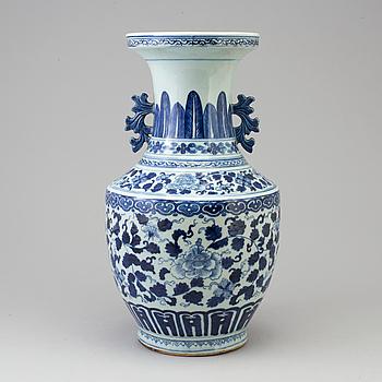 GOLVVAS, porslin. Qingdynastin, sent 1700/tidigt 1800-tal.