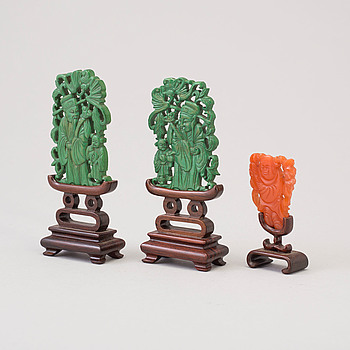 Three Chinese 20th century sculptures on stand, wood and agathe.