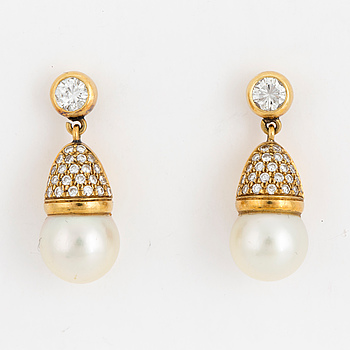 EARRINGS, 18 carat gold with 9 mm cultured pearls and diamonds approx. 0.90 cts.