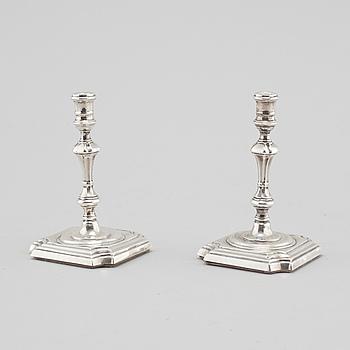 LJUSSTAKAR, ett par, mindre modell, silver, London, 1899.