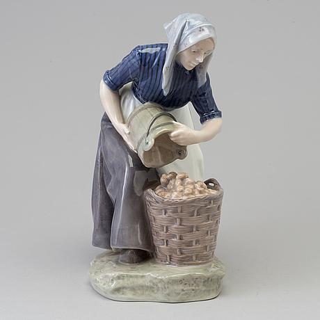 "Figurin, porslin, ""potatisplockerskan"", christian thomsen. royal copenhagen, danmark, 1940 tal"