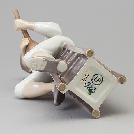 """Figurin, porslin, """"mandolinspelare"""". bing & gröndahl, denmark, sent 1900-tal."""