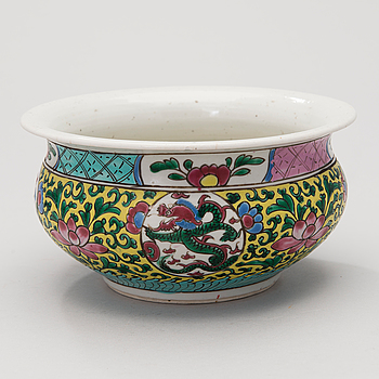A Chinese porcelain bowl, early 20th century.