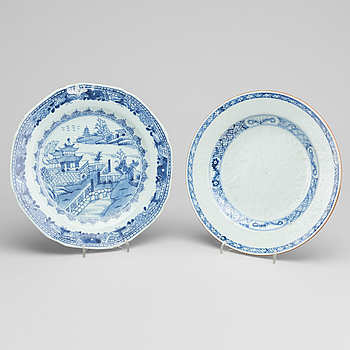 TALLRIKAR, porslin, 2 st, Kina,  Qianlong (1736-95).