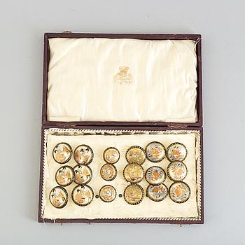 KNAPPAR, 18 st, porslin, Japan, Satsumafärger, omkr år 1900.