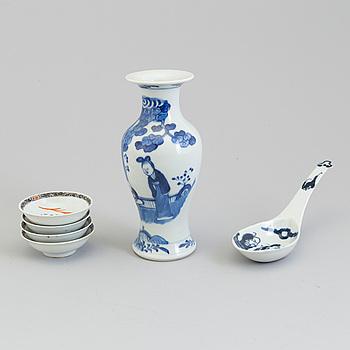 VAS, SKED samt SKÅLAR, fyra stycken, porslin. Kina, sent 1800 samt 1900-tal.