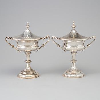 CG HALLBERG, SKÅLAR på FOT, silver, ett par, Stockholm, 1893.
