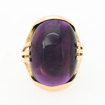 A RING, cabochon cut amethyst, 14K gold.