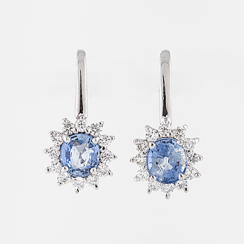 EARRINGS, with sapphire and brilliant cut diamond.