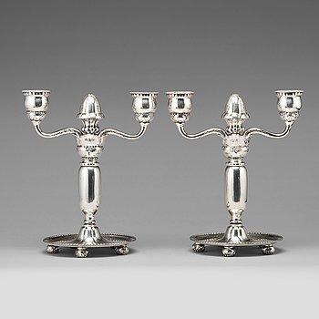 122. GEORG JENSEN, kandelabrar, ett par tvåarmade, modell nr 93. Köpenhamn 1918, 830/1000 silver.