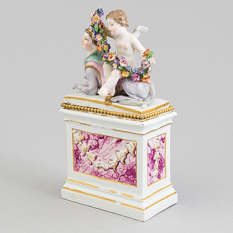 Figurin på sockel, porslin. meissen, marcolini (1774-1814).