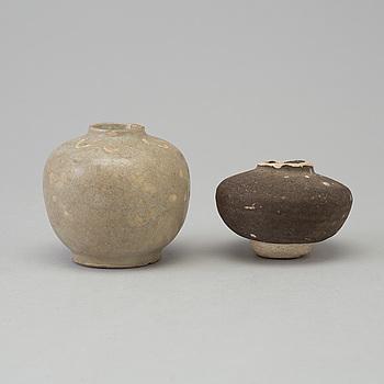 URNOR, två stycken, sjögods. Kina, för sydostasien, 1400/1500-tal.