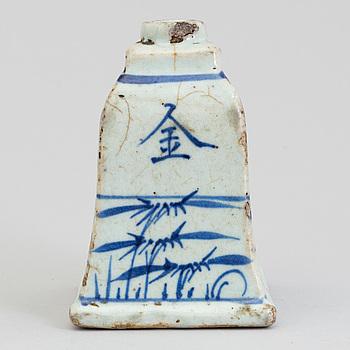 RÖKELSEHÅLLARE/LJUSSTAKE, keramik. Japan, 1800-tal.
