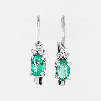 Örhängen smaragder och briljantslipade diamanter.