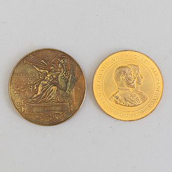 MEDALJER, 2 st, brons, Världsutställningarna i Paris 1889 och London 1902.