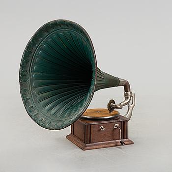 TRATTGRAMMOFON, omkring 1900.