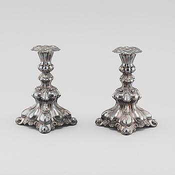 LJUSSTAKAR, ett par, barockstil, silver, svenska importstämplar, omkring 1900-talets mitt.