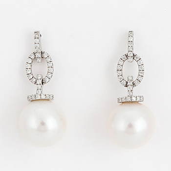 EARRINGS, freshwater pearls 11 mm, 18 carat white gold and diamonds approx. 0.23 cts.