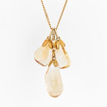 HÄNGSMYCKE, 18K guld med tre kläppar med trumlade citriner, guldkedja.