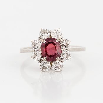 RING, vitguld med en fasettslipad rubin och 8 briljanter ca 0.80 ct.