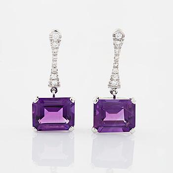 Örhängen ametist och briljantslipade diamanter.