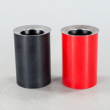 GINO COLUMBINI, 2 papperskorgar, licenstillverkde av Husqvarna Borstfabrik för Kartell, 1970-tal.