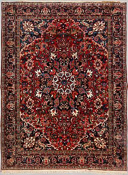 A carpet, semi-antique Bakhtiari, around 410 x 316 cm.