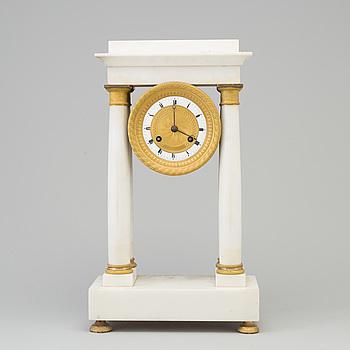 """BORDSPENDYL, s.k """"Pendule portique"""", empire, Frankrike, 1800-talets första hälft."""