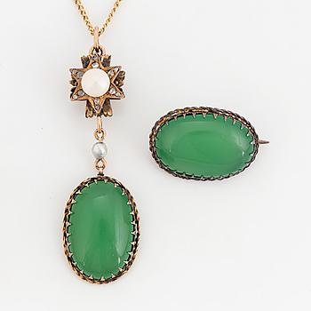 HÄNGSMYCKE samt BROSCH, med grön paste, pärla och diamanter.