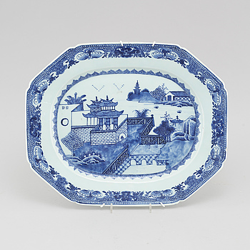 A porcelain serving dish from China, Qianlong (1736-1795).