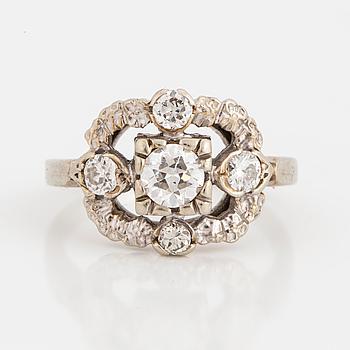 RING, 14K vitguld, en gammalslipad rund diamant ca 0.50 ct och 4 mindre briljanter ca 0.30 ct.