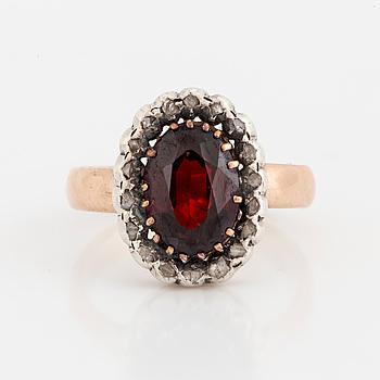 RING, 14K guld och silver med en granat och små rosenslipade diamanter i karmosé.
