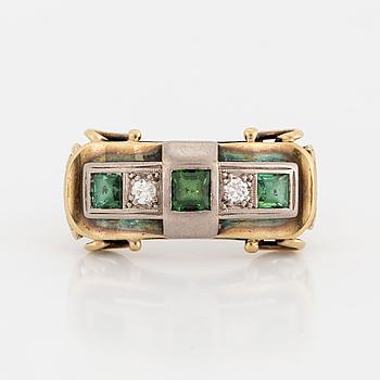 RING, med diamanter och gröna turmaliner.