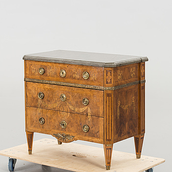 A GUSTAVIAN CHEST OF DRAWERS, around the year 1800.